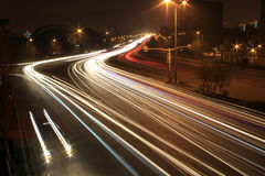 Straße mit Autoverkehr nachts mit undeutlichen Leuchten Lizenzfreie Stockbilder