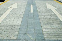 Straße mit Richtungspfeilen Stockbild