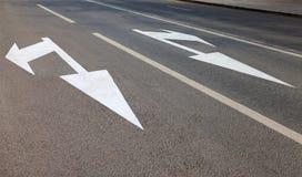 Straße mit weißen Markierungslinien und -Bewegungsrichtung Lizenzfreies Stockbild