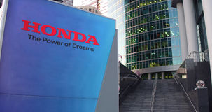 Straße Signagebrett mit Honda-Logo Moderner Büromittewolkenkratzer und Treppenhintergrund Redaktionelle Wiedergabe 3D Stockbild