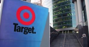 Straße Signagebrett mit Logo Target Corporation Moderner Büromittewolkenkratzer und Treppenhintergrund Redaktionelles 3D Stockfotografie