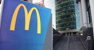 Straße Signagebrett mit McDonald-` s Logo Moderner Büromittewolkenkratzer und Treppenhintergrund Redaktionelle Wiedergabe 3D Stockbilder