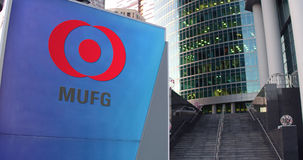 Straße Signagebrett mit MUFG-Logo Moderner Büromittewolkenkratzer und Treppenhintergrund Redaktionelle Wiedergabe 3D Stockbilder