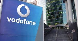 Straße Signagebrett mit Vodafone-Logo Moderner Büromittewolkenkratzer und Treppenhintergrund Redaktionelle Wiedergabe 3D Stockfoto