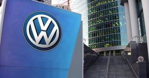 Straße Signagebrett mit Volkswagen-Logo Moderner Büromittewolkenkratzer und Treppenhintergrund Redaktionelle Wiedergabe 3D Stockbilder