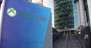 Straße Signagebrett mit Xbox ein Logo Moderner Büromittewolkenkratzer und Treppenhintergrund Redaktionelle Wiedergabe 3D Lizenzfreie Stockfotografie