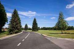 Straße am Stadterholungsgebiet Stockbild