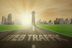 Straße steigt aufwärts mit Netzverkehrstext Stockfotos
