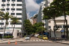 Straße und Gebäude in Copacabana Stockbilder
