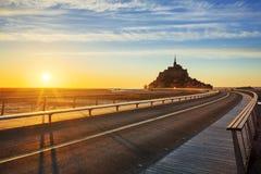 Straße zu Mont Saint Michel bei Sonnenuntergang Stockbilder