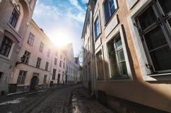 Straßenansicht mit Morgensonne in altem Tallinn Stockfotografie
