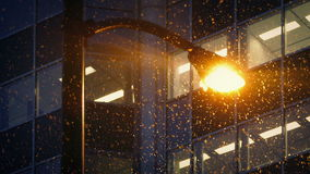 Straßenbeleuchtung außerhalb der Büros mit dem Schnee-Fallen stock video