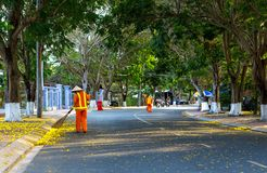 Straßenfeger-Reinigungsstadtbürgersteig mit Besenwerkzeug und -Müllschippe Lizenzfreie Stockfotos