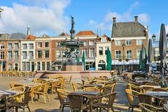 Straßenkaffee nahe dem Brunnen in Gorinchem. Stockbilder