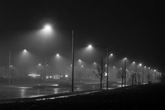 Straßenlaternen im Nebel Stockbild