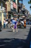 Straßenleben in New Orleans mit dem Jazzbandspielen und Paartanzen Lizenzfreie Stockbilder
