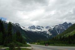 Straßenrandansicht der kanadischen felsigen Berge Lizenzfreies Stockfoto