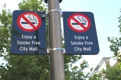 Straßenschild eines Rauch freien Stadt-Malls in Australien Stockbild