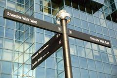Straßenwegweiser, der Richtungen zum Themse-Weg-Flussufer-Weg gibt Lizenzfreies Stockbild