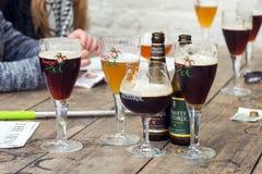 Straffe Hendrik och Brugse Zot belgiska öl på trätabellen Royaltyfri Bild