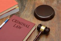 Strafrechtteken met houten hamer en rood boek stock fotografie