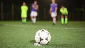 Strafschop op doel, snelle schop door voetbal (voetbal) speler aan te vallen stock footage