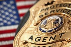 Strafverfolgungsausweis mit Gewehr, den Handschellen und den Kugeln Stockfotos