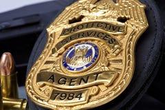 Strafverfolgungsausweis mit Gewehr, den Handschellen und den Kugeln Lizenzfreie Stockbilder