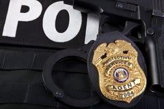 Strafverfolgungsausweis mit Gewehr, den Handschellen und den Kugeln Lizenzfreie Stockfotos