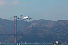 Strahl 747 über Br5uckein San Francisco Lizenzfreie Stockfotos