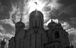 Strahl der Leuchte auf dem Kreuz einer Kathedrale Lizenzfreie Stockfotografie