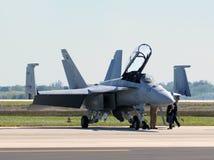 Strahl der US-Marine F/A-18 bereitet sich für Flug vor Stockbilder