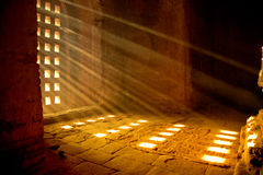 Strahl des Lichtes innerhalb der Pagode stockfotografie