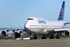 Strahl United- Airlinesboeing 747 auf Asphalt Stockbilder