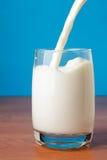 Strahl von Milch stockfotos