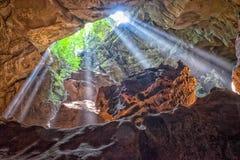 Strahlen der hereinkommenden Höhle des Lichtes Lizenzfreie Stockfotografie