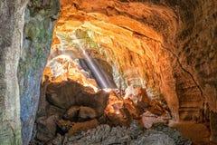 Strahlen der hereinkommenden Höhle des Lichtes Stockbild