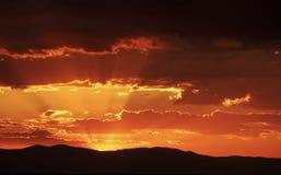 Strahlen der Leuchte und der Wolken Lizenzfreies Stockfoto