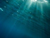 Strahlen der Leuchte von der Oberfläche zur Tiefe lizenzfreie stockfotos