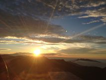 Strahlen der Sonne über dem Berg Stockfoto