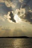 Strahlen der Sonne über Meerwasser Stockbild
