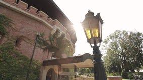 Strahlen der Sonne durch das historische Gebäude stock footage
