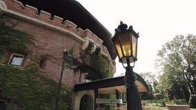 Strahlen der Sonne durch das historische Gebäude stock video