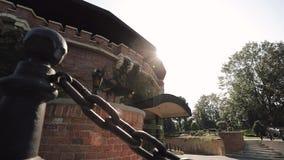 Strahlen der Sonne durch das Zitadelle ` s historische Gebäude stock video