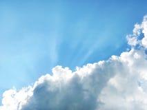 Strahlen des blauen Himmels und der Sonne Stockfotos