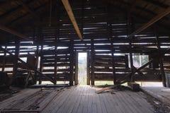 Strahlen des Lichtes durch die Bauholzwand lizenzfreie stockfotografie