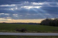 Strahlen des Lichtes emporragend durch die Wolken Lizenzfreie Stockbilder