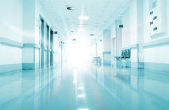 Strahlen des Lichtes im Korridor des Krankenhauses stockbild