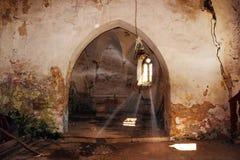 Strahlen des Lichtes in verlassener gotischer Kirche Lizenzfreies Stockfoto