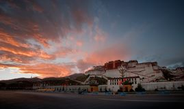 Strahlen des Potala-Palasts bei Sonnenuntergang lizenzfreies stockfoto